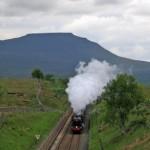 ヨークシャーを疾走する蒸気機関車